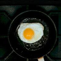 Foto de Pasos para preparar un huevo frito