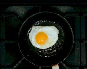 Pasos para preparar un huevo frito